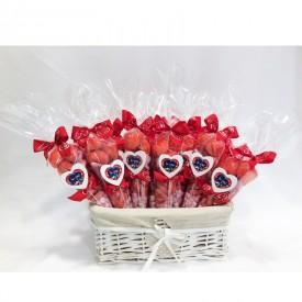 Un panier de cornets garnis de bonbons pour la Saint Valentin