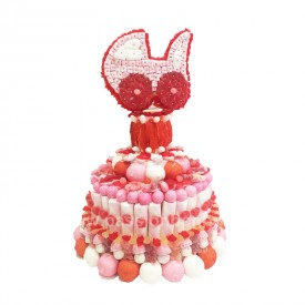 Une pièce montée en bonbons surmontée d'un landau rose