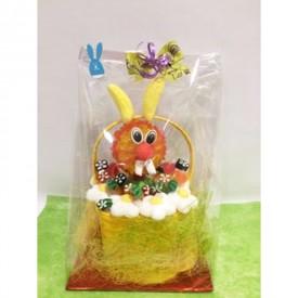 Panier garni avec une tête de lapin en bonbons