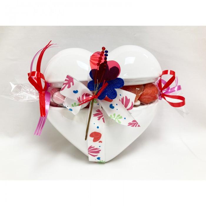 Coeur en céramique garni de bonbons coeurs